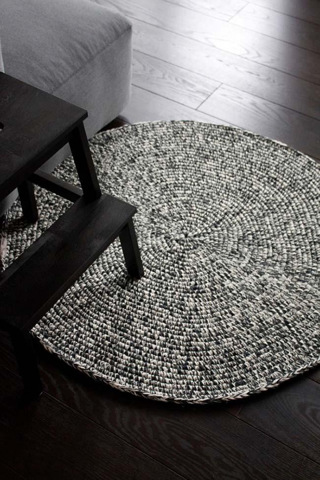 Tapete de crochê mesclado em preto e branco