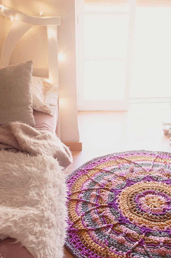 Uma mandala colorida no tapete de crochê redondo