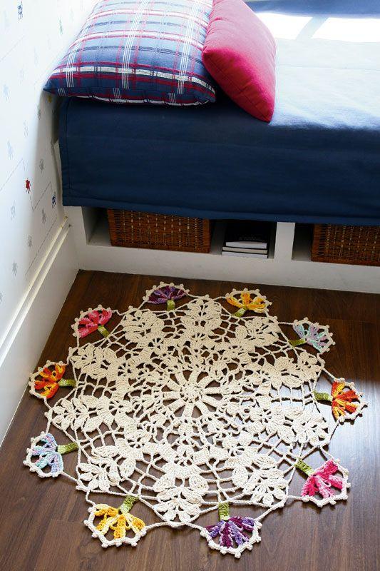 Tapete de crochê redondo com flores coloridas