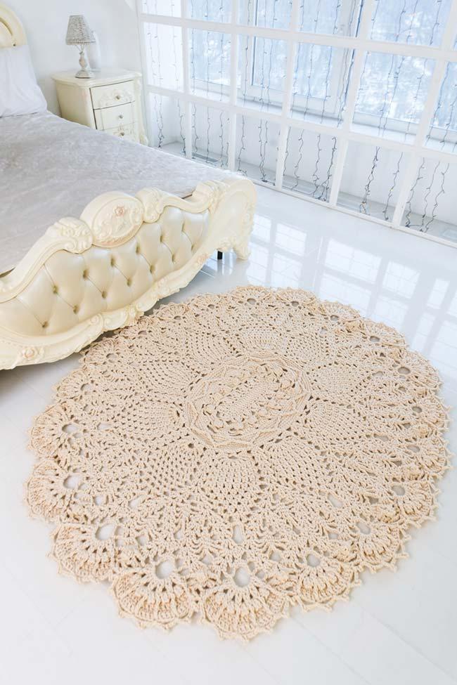 Tapete simples de crochê redondo com flores aplicadas