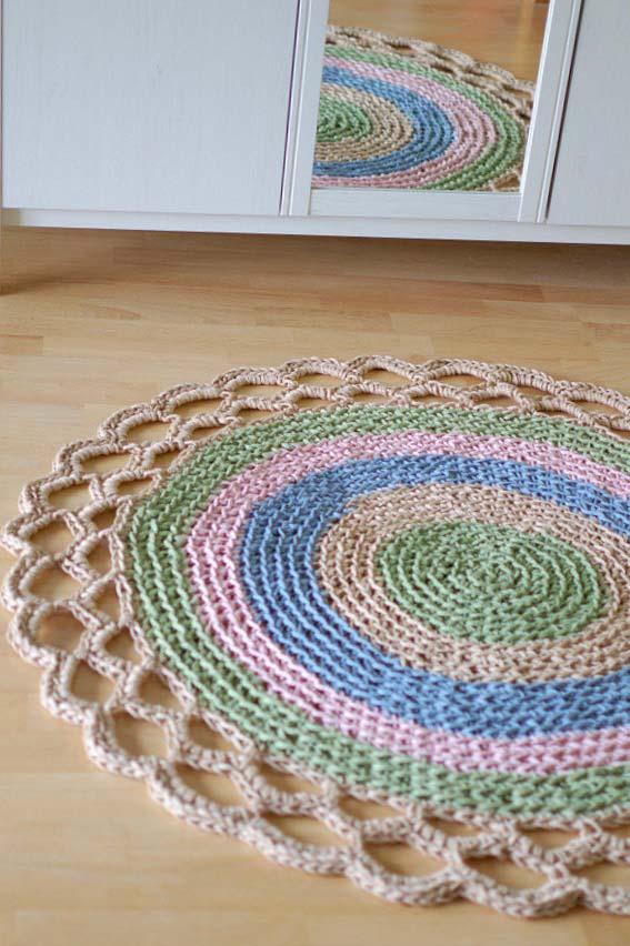 Barradinho no tapete de crochê redondo para quarto