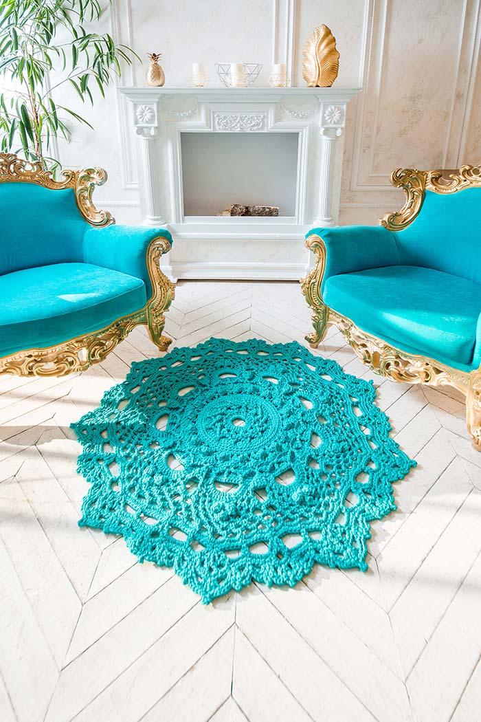 Ponto diferenciado nas bordas do tapete de crochê redondo azul turquesa