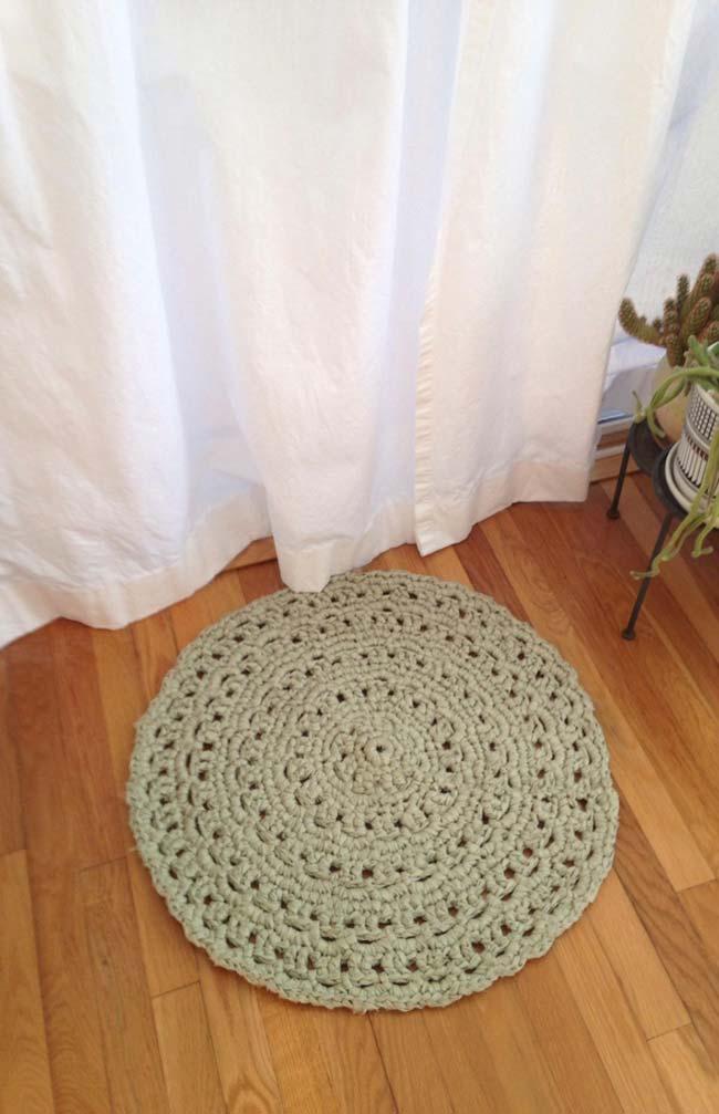 Tapete de crochê simples redondo com formas geométricas