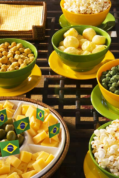 Mesa cheia de petiscos verde e amarelo