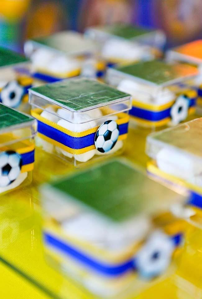 Lembrancinha com caixinhas de campo de futebol