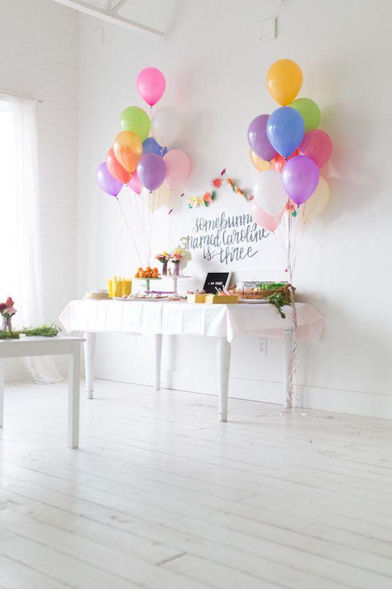 Mesa de bolo de festa simples com balões