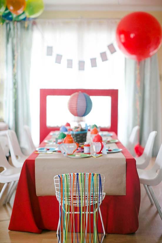 Cadeira do aniversariante decorada de modo especial e diferenciado