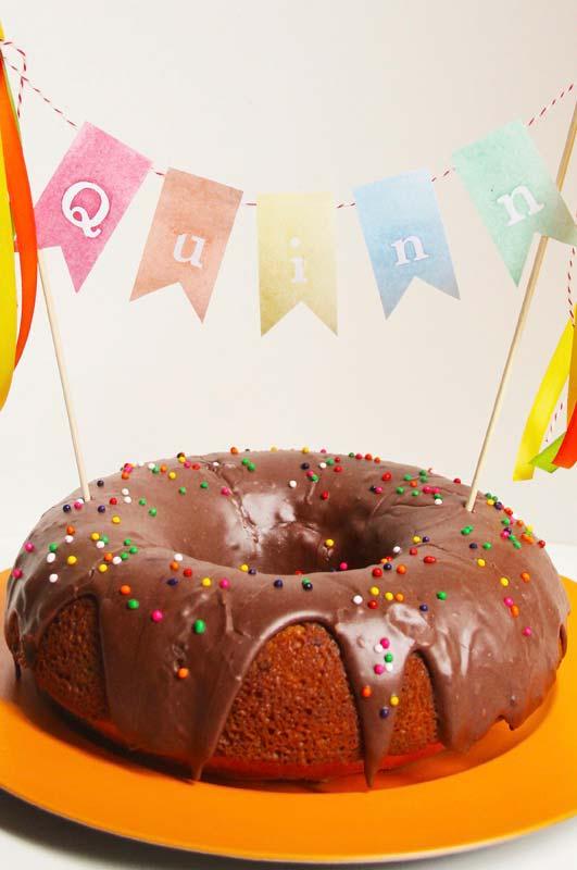 Bandeirolas enfeitando o bolo