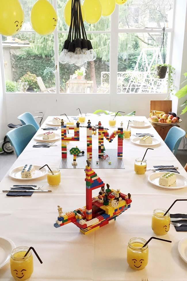 Esculturas de lego na decoração da festa simples infantil