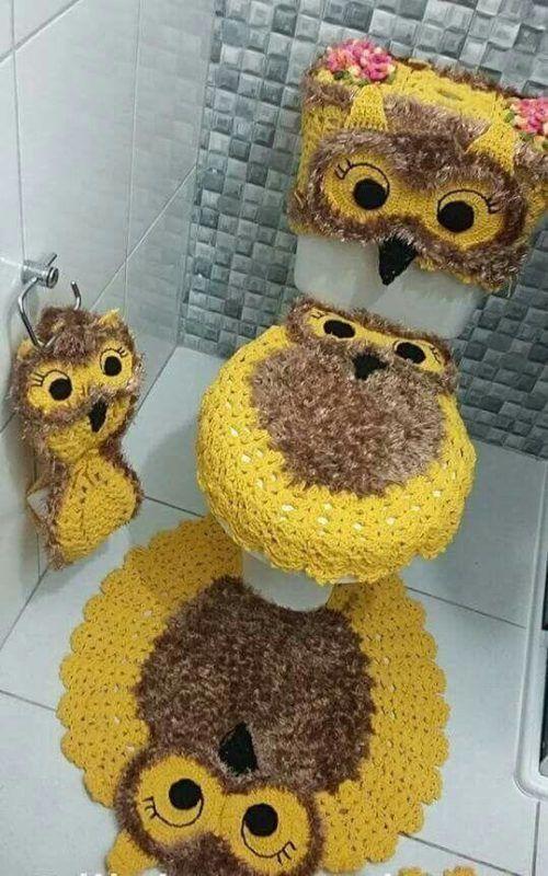 Coruja amarelo ouro no banheiro