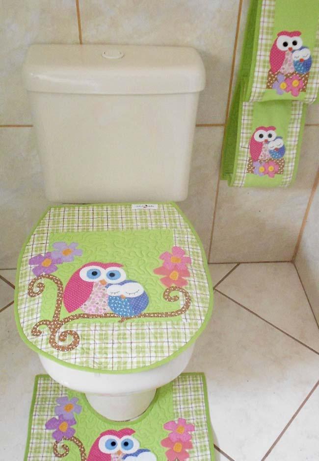 Cores suaves e delicadas compõe esse jogo de banheiro coruja