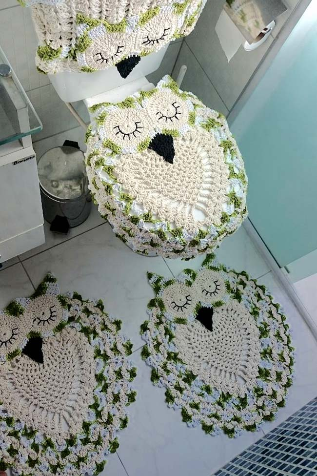 Crochê verde e branco no jogo de banheiro coruja