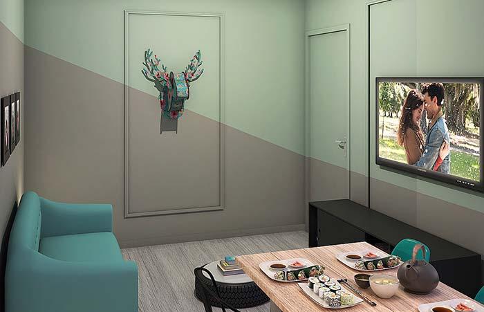 Pintura diagonal em parede com boiserie