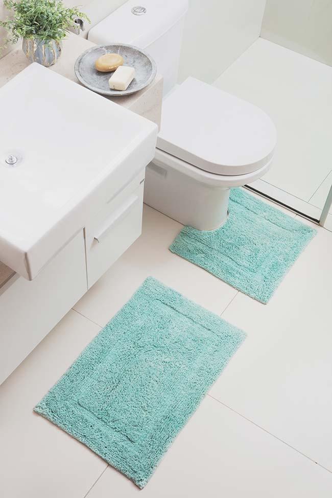 Para o banheiro branco, um jogo azul