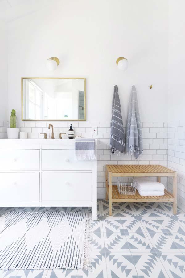 Para o banheiro grande, um tapete proporcional