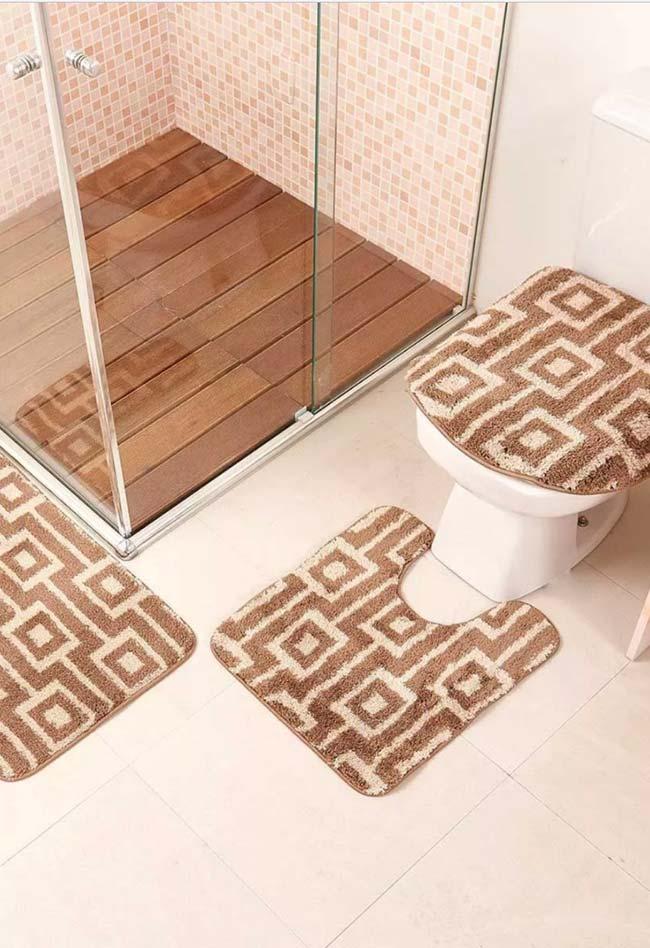 Jogo de tapete marrom e branco para combinar com o piso e revestimento do banheiro