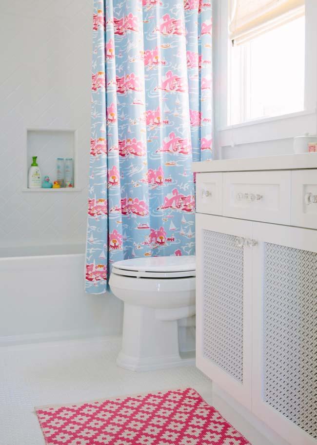 Rosa, azul e branco no jogo de banheiro