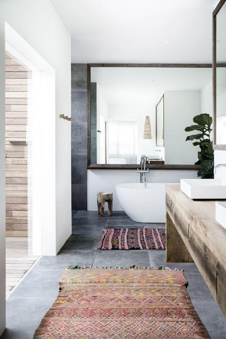 Apenas um tapete em um banheiro grande
