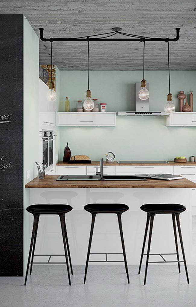 Móveis brancos realçam o tom da madeira das duas bancadas dessa cozinha