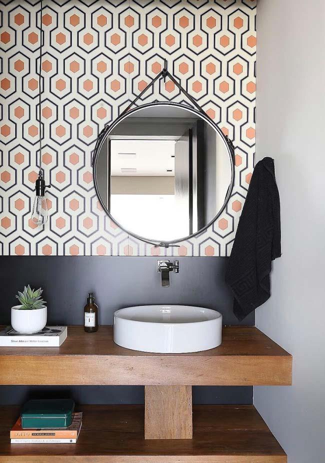 Banheiro com bancada de madeira