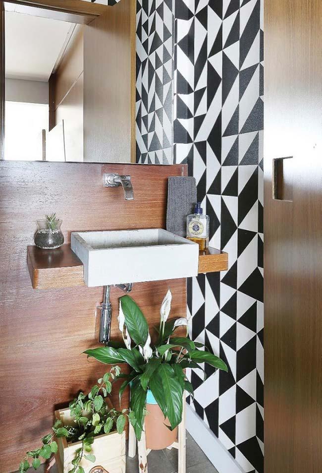 Bancada de madeira e plantas no banheiro