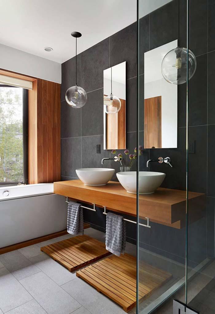 Bancada de madeira do banheiro
