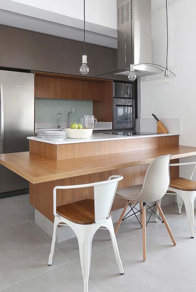 Bancada de madeira na cozinha com ilha