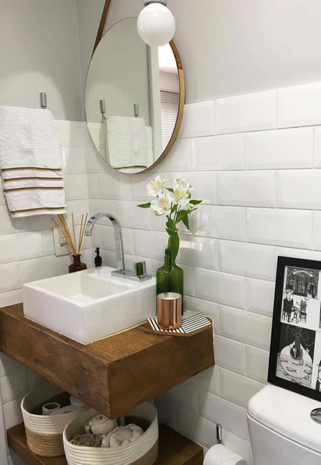 Bancada de madeira maciça no banheiro