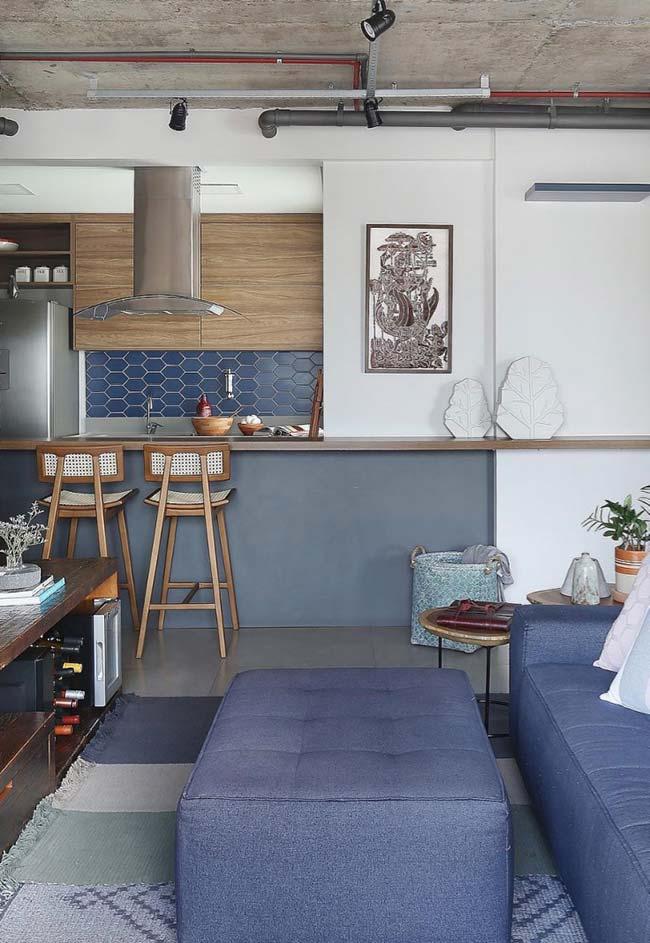 Bancada de madeira em ambiente com tons de azul e cinza