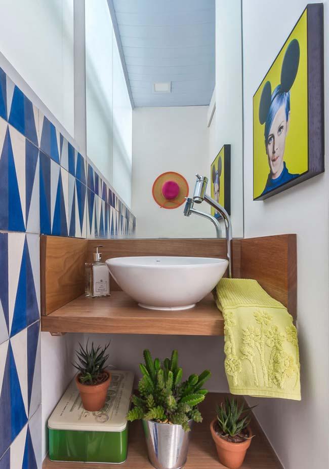 Bancada de madeira no banheiro moderno