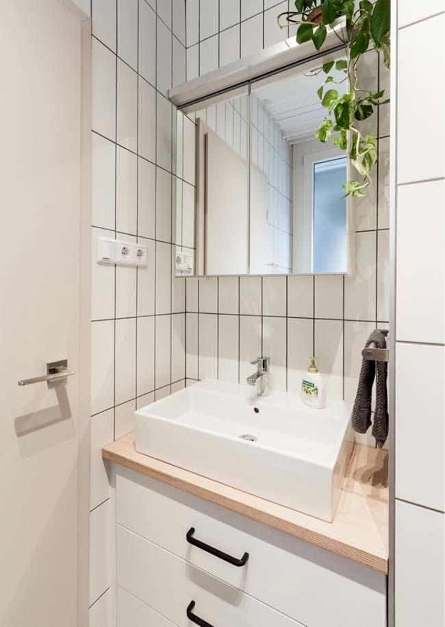 Bancada de madeira clara no banheiro