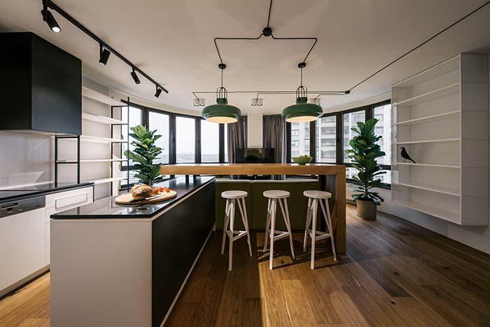 Bancada de madeira e pedras na cozinha