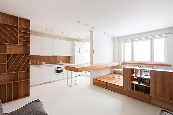 Ambientes integrados com bancada de madeira