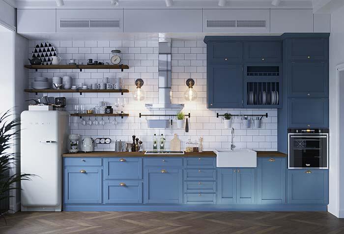 Cozinha rústica e retrô com bancada de madeira