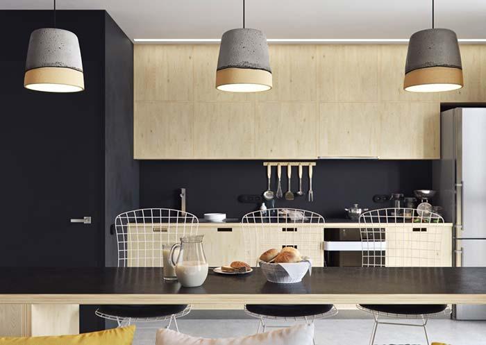 Bancada de madeira clara na cozinha
