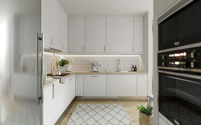 Cozinha branca com bancada de madeira