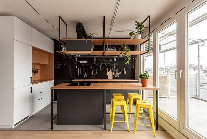 Bancada de madeira na cozinha