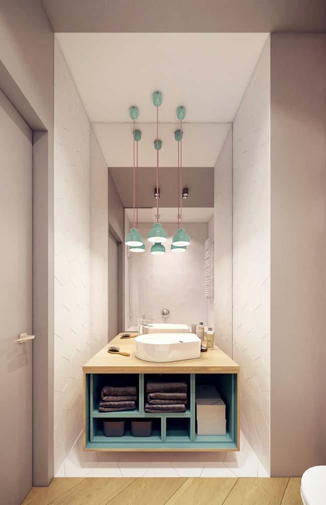 Bancada de madeira no banheiro