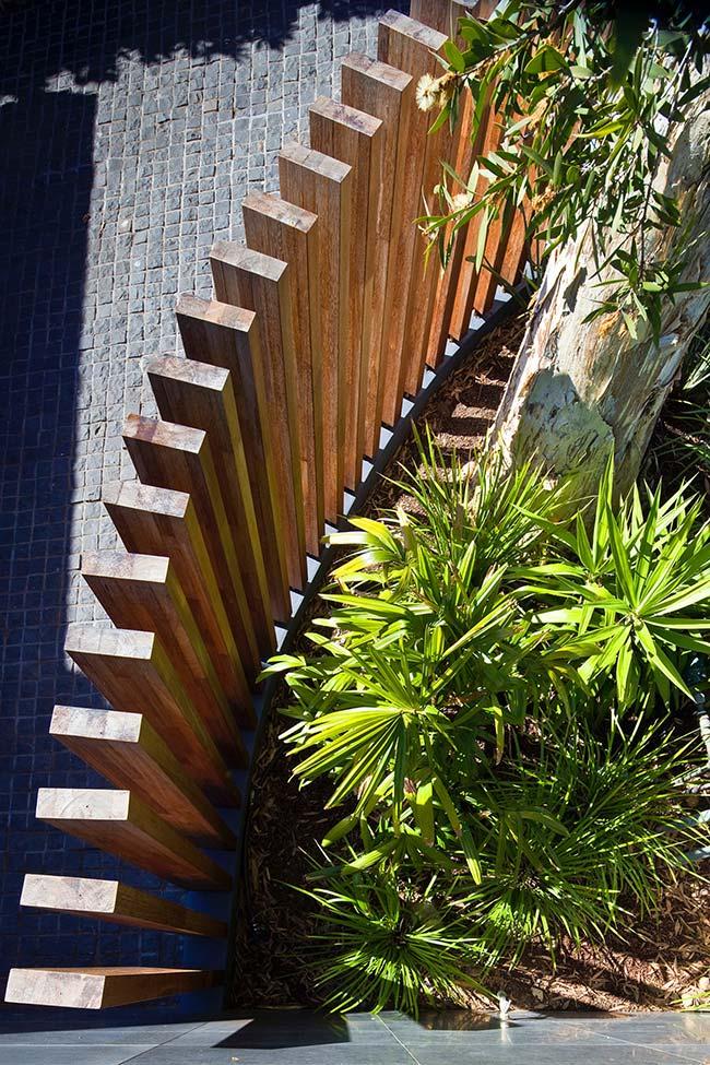 Conjunto de palmeira ráfia na entrada da sala