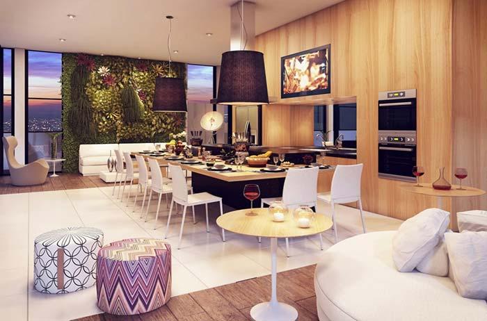 Pufes, sofá, cadeiras e poltrona no espaço gourmet