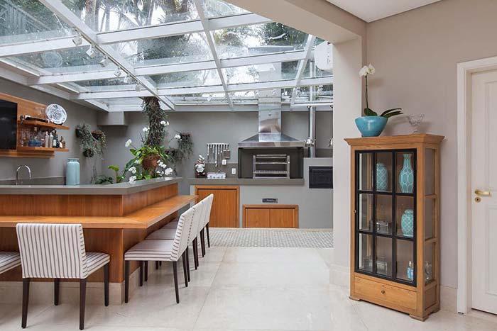 Espaço gourmet interno com telhado de vidro
