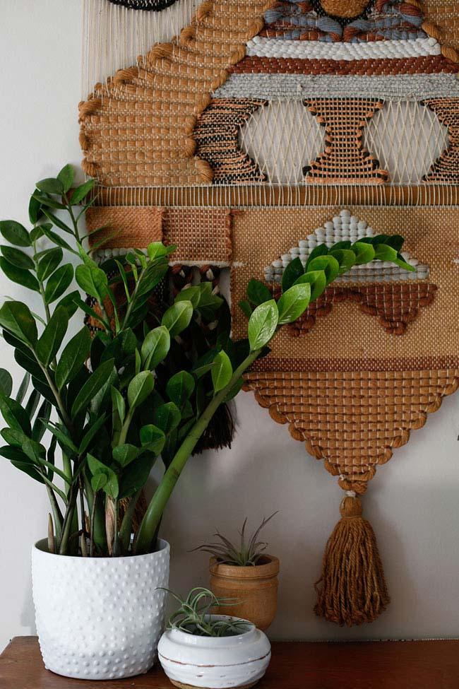 Vaso de zamioculca compondo a decoração étnica e rústica
