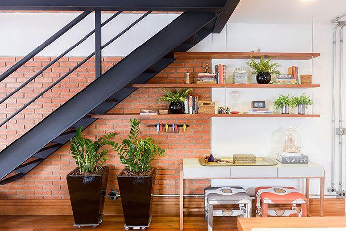 Bom aproveitamento dos espaços: nessa casa, os vasos de zamioculca foram colocados debaixo da escada