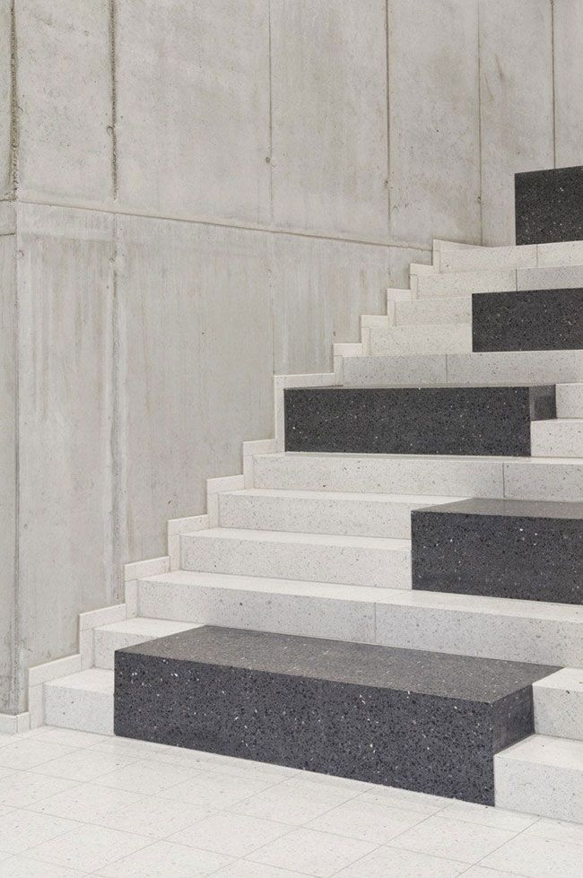 Escada preta e branca com revestimento em Granito Preto São Gabriel