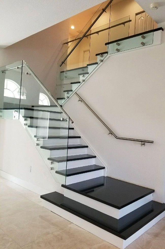 Escada com Granito Preto São Gabriel e vidro no guarda-corpo