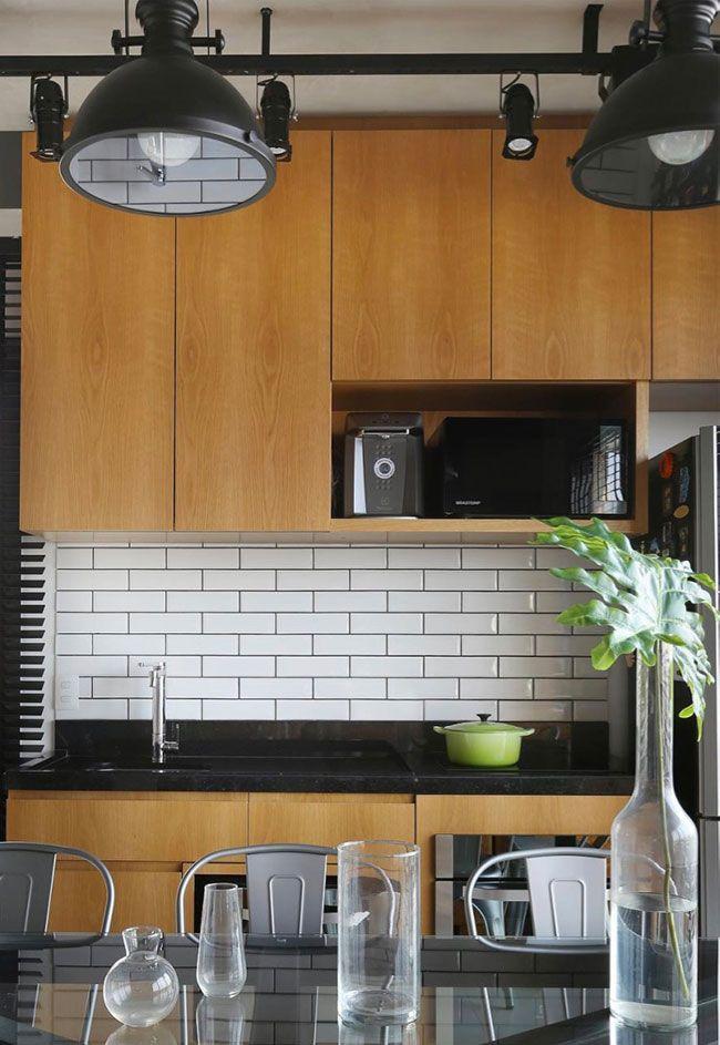 Bancada preta na cozinha