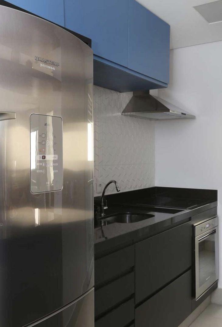 Cozinha preta e azul com Granito Preto São Gabriel