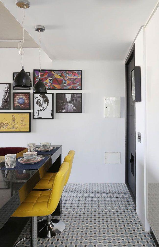 Bancada de granito preto dividindo a sala e a cozinha