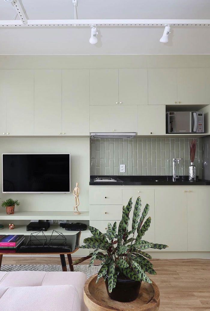 Cozinha e sala interligada: detalhe para a bancada com granito preto