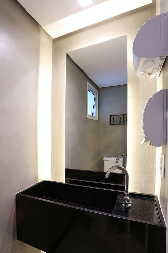 Cuba esculpida com Granito Preto São Gabriel no banheiro moderno